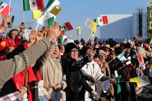 Entre gritos y porras, los ciudadanos recibieron al Papa.