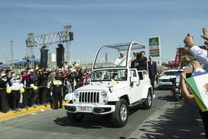 Por más de media hora, el Papa recorrió las calles.