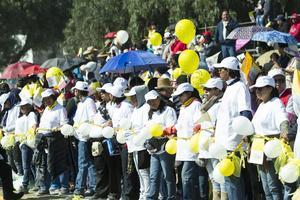 Miles de ciudadanos salieron las las calles de Ecatepec a recibir al Papa con globos blancos y amarillos.