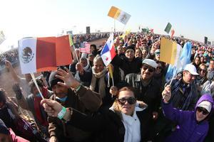 Banderas de México y El Vaticano fueron alzadas por los fieles.