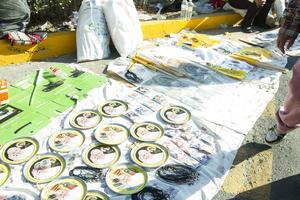 Diversos artículos conmemorativos sobre la visita del Papa se ofrecieron en las calles.