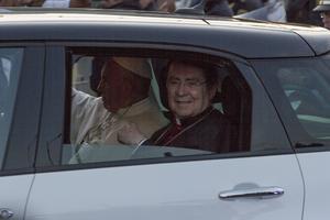 A bordo del automóvil compacto en el que salió del nosocomio, el pontífice saludó y bendijo a la gente apostada en las vallas.