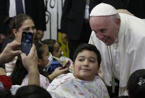 Los niños aprovecharon para fotografiarse con el Papa.