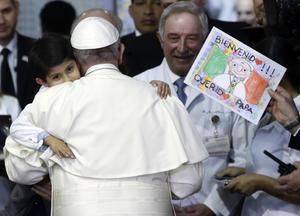 """Incluso Francisco fue el encargado de dar la vacuna, unas gotas, contra la polio a uno de los niños, Rodrigo y una niña, enferma de cáncer, le cantó el """"Ave María""""."""
