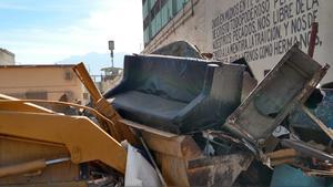 Producto de la intervención de autoridades estatales, toneladas de objetos prohibidos, entre ellos muebles, aparatos electrodomésticos y colchones, fueron apilados en las canchas del centro penitenciario.