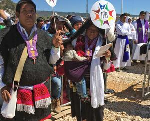 Indígenas escucharon atentos la homilía de Su Santidad.