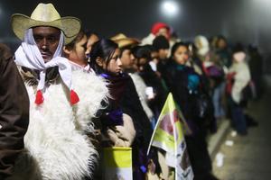 Desde tempranas horas, grupos indígenas ya lo esperaban en Chiapas.