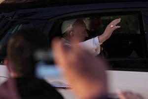 Pese a viajar en vehículo cerrado, saludó a los fieles.