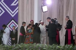 Posteriormente se siguió con las actividades de la agenda, entre las que se encontraban el que el Papa escuchara el testimonio de cuatro personas y luego impartiera una charla.