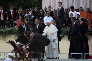 El Papa pidió acercarse a un menor con discapacidad.