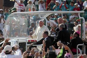 Los feligreses reunidos buscaron acercarse al pontífice.