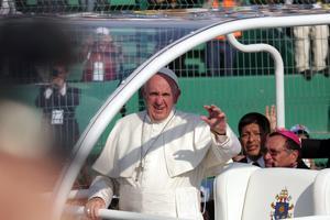 Francisco ingresó al estadio a bordo del papamóvil.