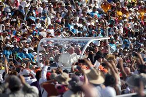 Más de 100 mil personas acudieron al encuentro de familias con el Papa Francisco.