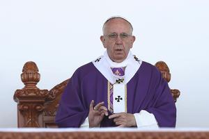 """Francisco les invitó a recordar la oración del Padre nuestro cuando se dice """"no nos dejes caer en la tentación"""" y les instó a """"no caer"""" en ella."""
