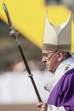 """""""No somos ni queremos ser funcionarios de lo divino, no somos ni queremos ser nunca empleados de Dios, porque somos invitados a participar de su vida, somos invitados a introducirnos en su corazón, un corazón que reza y vive diciendo"""", les dijo el papa."""
