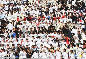 La multitud que en su mayoría viste de blanco lo ovacionó a su paso.