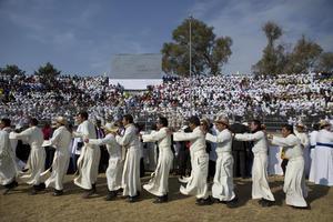 Religiosos, monjas y padres de familia con sus hijos cantaron y echaron porras al jerarca católico.