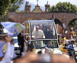 Miles de fieles salieron a las calles a expresar su cariño al Papa.