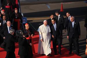 El Papa fue recibido por centenares de personas, entre ellos el gobernador del estado, Silvano Aureoles.