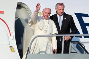 El Papa llegó al aeropuerto de Morelia en un vuelo de Aeroméxico procedente de la capital del país.