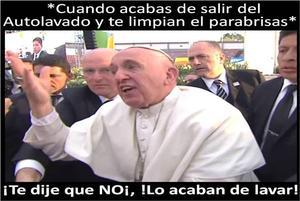 """""""No seas egoísta"""", reprochó el Papa al joven que tiró de él emocionado, momento que fue transmitido en vivo y las imágenes han dado ya la vuelta al mundo."""