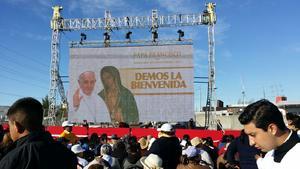 Se colocaron pantallas para poder ver al Papa.
