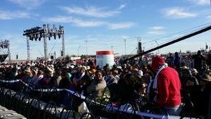 Miles de personas ya han ido ocupando sus lugares previo a la misa.