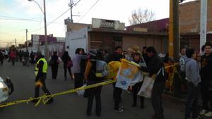 Gente de Torreón, Coahuila también está presente en el mar de personas que se encuentran en los alrededores para poder accesar.