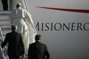 El Papa abordó el avión que lo lleva a su último destino en México.