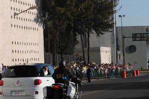 El Papa llegó en un auto cerrado al hangar presidencial.