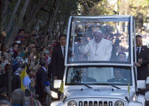 A la altura de la avenida Río Churubusco el pontífice se cambió de vehículo y entró en uno cubierto, un Fiat 500L, dedicando unos instantes a saludar a los ahí congregados.