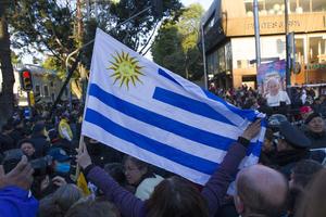 En las calles, fieles alzaron la bandera de Argentina.