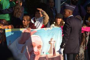 Muestras de cariño expresaron los fieles para despedir al Papa.