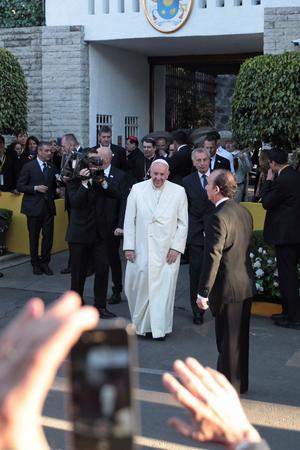 Francisco salió de la Nunciatura Apostólica por última vez y se acercó a los fieles.