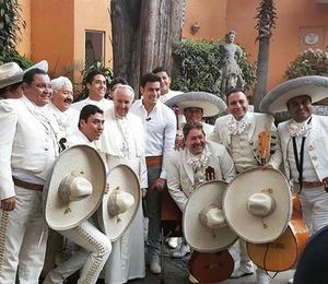 Fue el cantante Carlos Rivera y el Mariachi 2000 quienes despidieron al Papa.