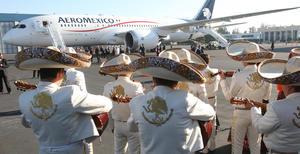 El papa Francisco salió en avión desde el aeropuerto de la capital mexicana hacia Ciudad Juárez, y fue despedido al ritmo de Las Golondrinas.