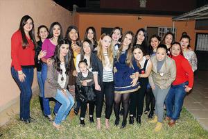 14022016 POR CASARSE.  Janeth Pérez Murguía junto a sus amigas en su fiesta de despedida.