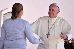 """Una interna agradeció la visita del papa, a quien le dijo que su presencia era un """"llamado para aquellos que se olvidaron que aquí hay seres humanos"""" y que aunque hayan cometido un delito """"la mayoría tenemos esperanza de redención""""."""