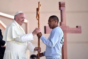 En un intercambio de regalos, el pontífice entregó un crucifijo de cristal obra del maestro Pierluigi Morimanno.