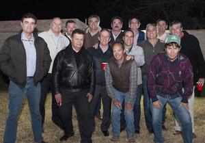 16022016 CUMPLE AñOS.  David, acompañado por sus amistades, celebrando un año más de vida en una divertida reunión.