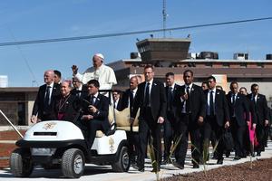 El papa insiste en ir a prisiones en casi todos sus viajes al extranjero, algo que forma parte de su antigua costumbre de atender a los presos en su creencia de que lo más bajo de la sociedad merece dignidad.