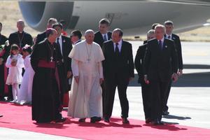 Jorge Mario Bergoglio descendió de la aeronave a las 11:10 horas y tras los primeros saludos con autoridades religiosas y civiles, besó y bendijo a varias niños, quienes le entregaron rodas blancas.