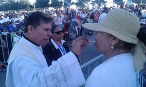 Se distribuyó a los fieles en distintas partes del lugar para la repartición de la comunión.