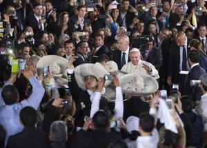 """El líder de la iglesia católica fue despedido con """"Las Golondrinas"""" de fondo."""