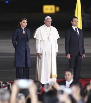 Su Santidad posó junto a la Primera Dama y el presidente antes de partir.