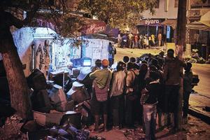 Una de las fotografías tomadas por Christian Bobst que han sido galardonadas con el segundo premio Historias, en la categoría de deportes, de la 59ª edición de los Premios World Press Photo 2016. La imagen muestra a un grupo de personas mientras sigue un combate de lucha en un televisor en medio de una calle de Dakar, Senegal, el 4 de abril de 2015.