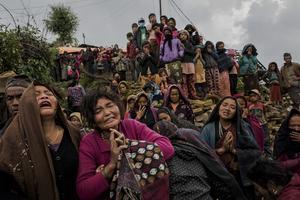 Serie ganadora del tercer premio en Historias de la categoría individual de noticias de actualidad de la 59 edición del World Press Photo, tomada por el fotógrafo australiano del New York Times Daniel Berehulak. La fotografía muestra varias mujeres llorando mientras el cuerpo sin vida de la pequeña Rejina Gurung de tres años es recuperado de entre los escombros, en Gumda (Nepal).