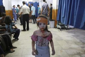 Fotografía de la serie ganadora del segundo premio de la categoría de temas de actualidad de la 59 edición del World Press Photo, tomada por el fotógrafo Abd Doumany. La fotografía muestra a un niña siria que ha sido atendida en un hospital en la ciudad de Douma (Siria) el 22 de agosto de 2015.