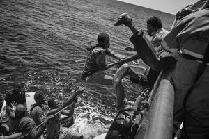 Una de las fotografías tomadas por Francesco Zizola para Noor, que han sido galardonadas con el segundo premio Historias, en la categoría de Asuntos Contemporáneos, de la 59ª edición de los Premios World Press Photo 2016. La imagen muestra a un grupo de inmigrantes durante su rescate en aguas del Mediterráneo, el 21 de agosto de 2015.