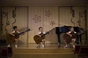 Fotografía de la serie ganadora del tercer premio en la categoría de proyectos a largo plazo de la 59 edición del World Press Photo, tomada por el fotógrafo estadounidense David Guttenfelder. La serie está formada por fotografías urbanas y rurales de Corea del Norte que tratan de capturar la vida de sus ciudadanos así como eventos y ceremonias militares.
